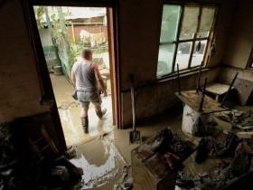 При быстром подъеме уровня воды необходимо позаботиться о защите вещей в доме и подготовиться к возможной эвакуации.
